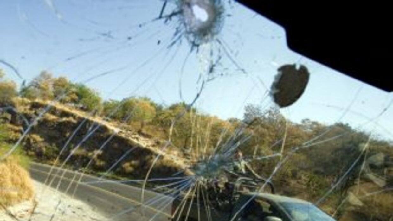 Más de 40 asaltantes armados lanzaron granadas y abrieron fuego contra u...