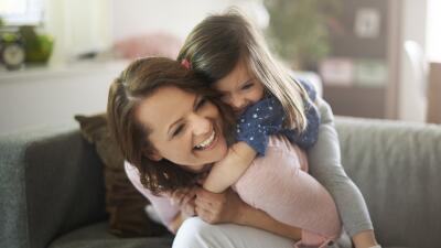 Es momento de redescubrir el lado alegre de la maternidad.