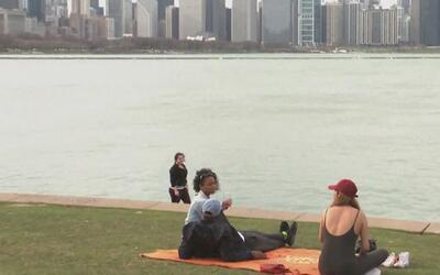 Residentes y visitantes en Chicago aprovechan el buen tiempo para recorr...