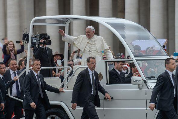El papa Francisco es custodiado por los miembros de su equipo de segurid...