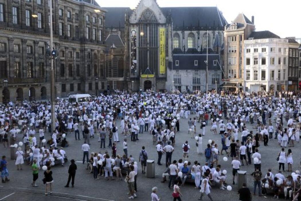 Personas vestidas de blanco se reúnen en la Plaza Dam en Amsterdam duran...