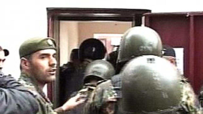 Tropas del ejército ruso toman las instalaciones del parlamento tras el...