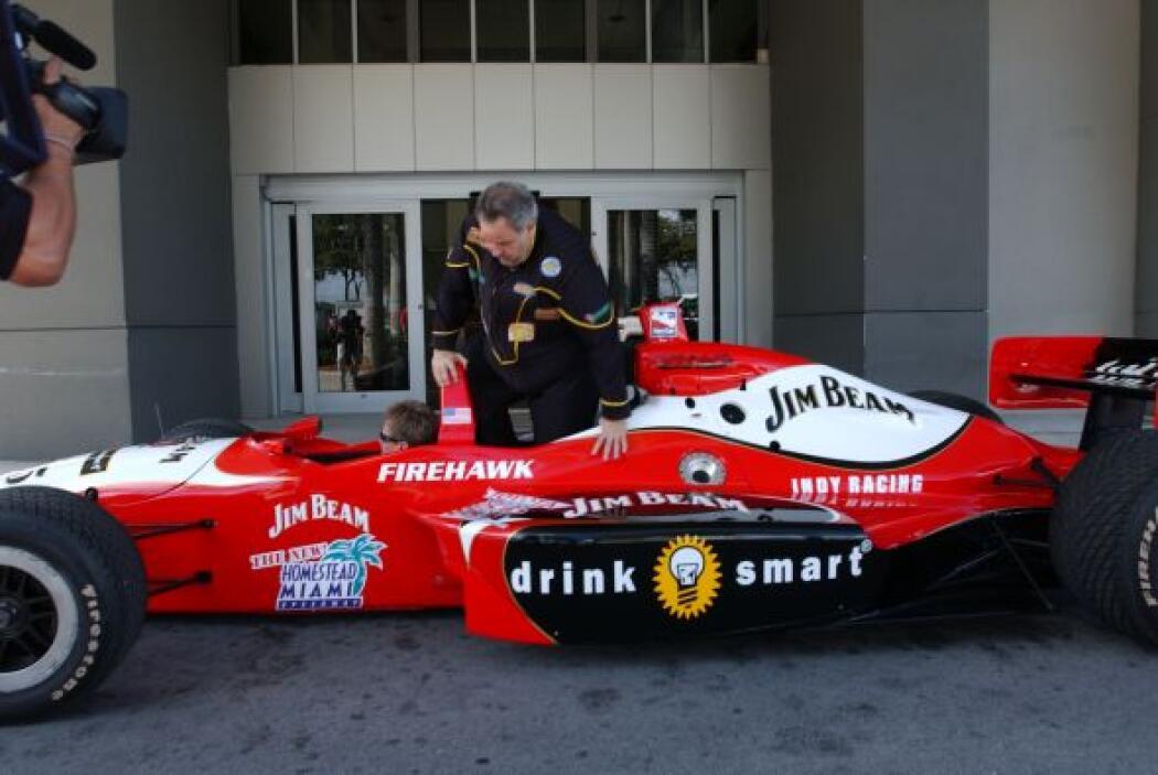 Ni el mejor piloto habría entrado al automóvil con tanto estilo.
