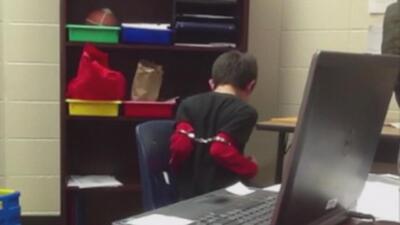 Indignantes imágenes de un niño esposado por un policía