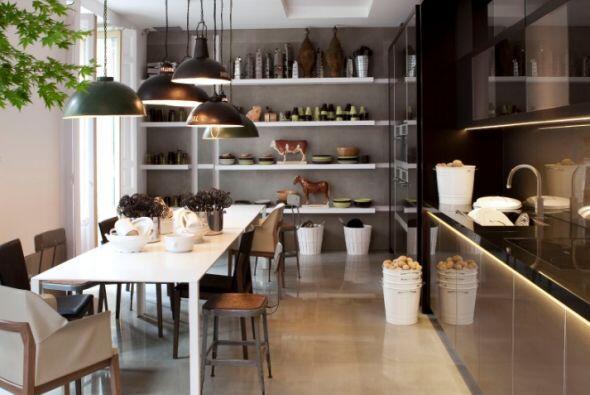 Agrupa por categorías, todos los platos y vasos juntos, las especias, la...