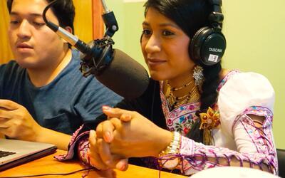 Rosa Cazho, una de las locutoras de la radio El Tambo Stereo, junto a Ch...