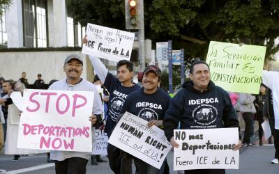 Un grupo de indocumentados pide al gobierno que pare las redadas.