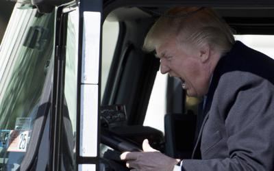 El presidente posó para los fotografos dentro del camión m...