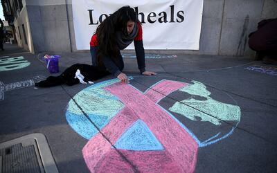 Angelica Tome dibuja una cinta roja en una acera del distrito de Castro,...