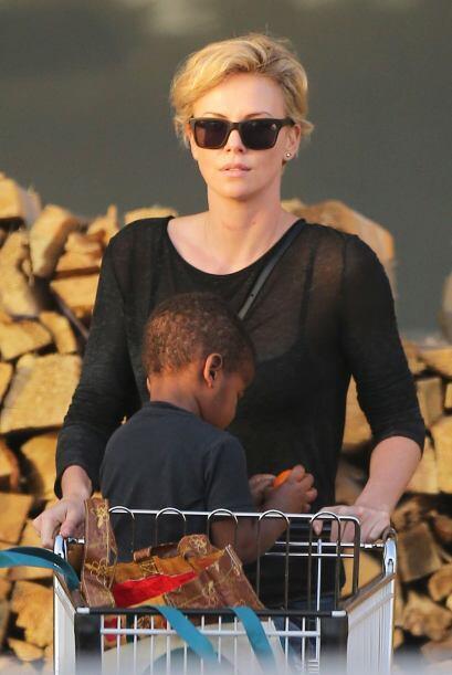 ¡Charlize Theron dejó bien en claro que es una madre sexy! Una blusita c...
