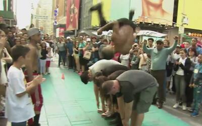 Unos acróbatas saltaron sobre Jackie Guerrido en pleno Times Square