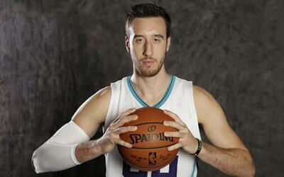 Frank Kaminsky está por jugar su segunda temporada con los Hornets.