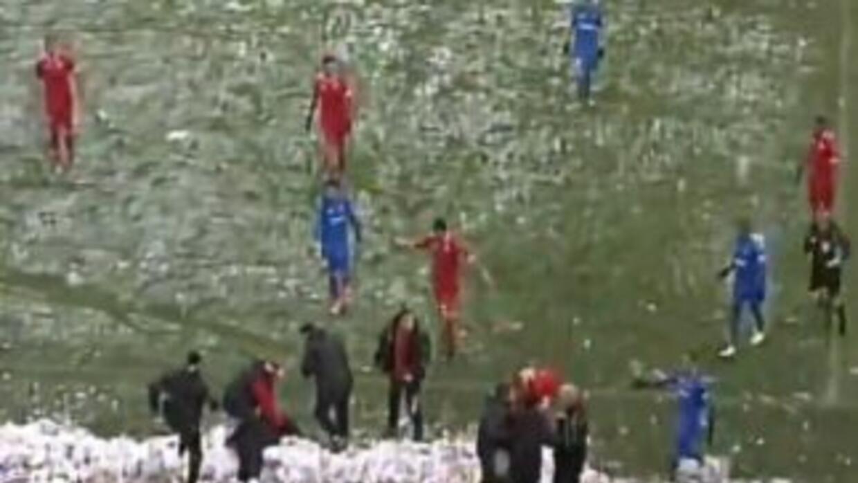 El momento en el que el técnico del CSKA se encuentra en el piso.