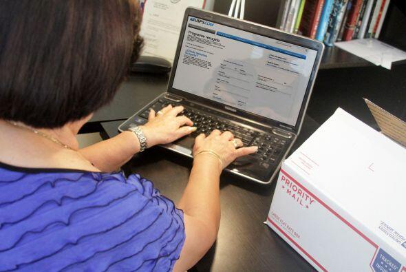 De inmediato, tía María entra al sitio web, usps.com/espanol, para pagar...