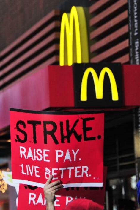 Un centenar de ellos, contratados por McDonald's, se manifestaron a la p...