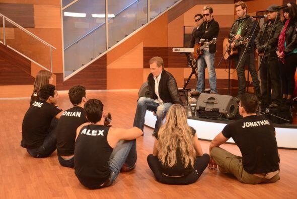 """""""Vengo a cantarles algo"""". La banda acompañó al intérprete en su canción."""
