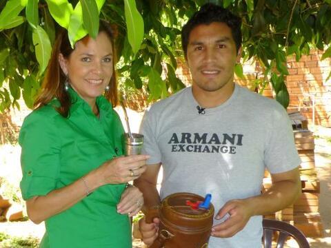 Salvador Cabañas junto a la periodista Tifani Roberts, del equipo...