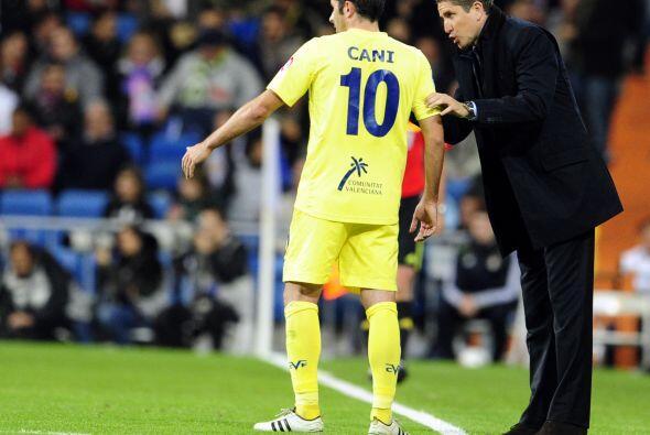 El técnico Juan Carlos Garrido intentaba reanimar a sus dirigidos...