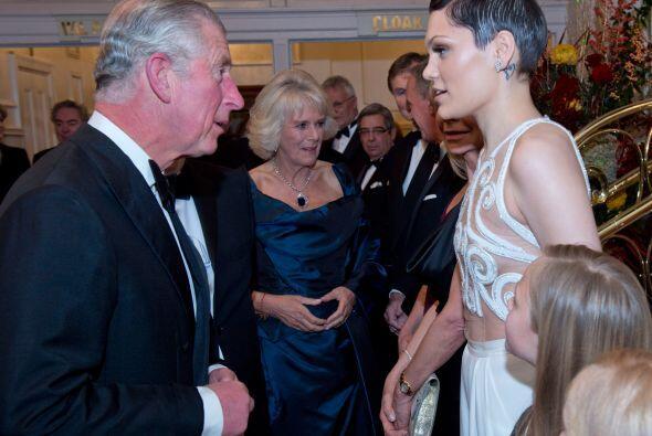El Príncipe de Gales y su esposa Camila recibieron a muchas personas, y...