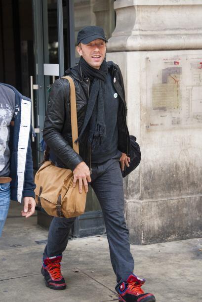 Chris Martin fue captado en Paris muy sonriente y sin el anillo de casad...
