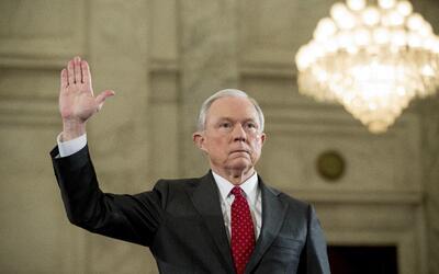 El secretario de Justicia designado Jeff Sessions presta juramento antes...