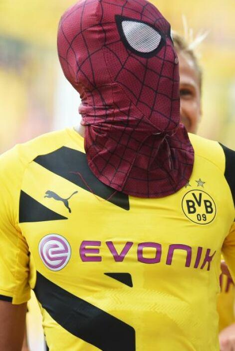 Pierre Aubameyang, jugador de Borussia Dortmund, festejo con una máscara...