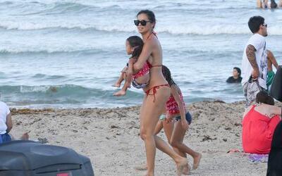 Adriana se dejó ver feliz paseando a sus hijas: Valentina y Sienna.