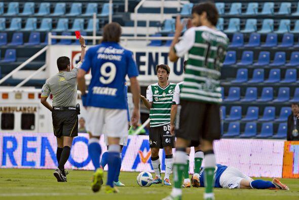 Antes de terminar la primera mitad Santos se quedó con un hombre...