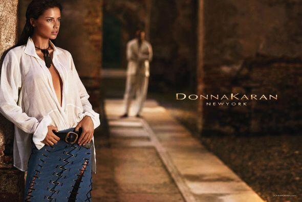 La modelo brasileña una vez más es musa de la marca Donna Karan, quien p...