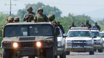 Policías y soldados patrullan una carretera de Michoacán.