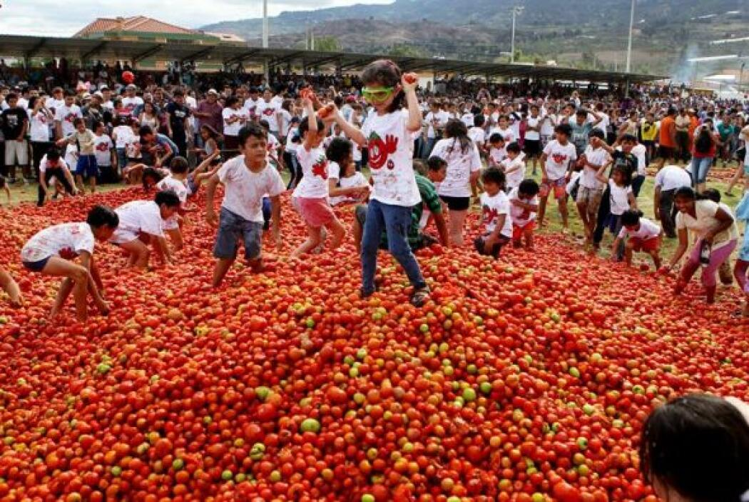 Una fiesta que celebra la cosecha de tomates.