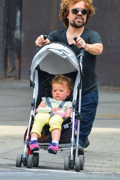 Caminó por las calles orgulloso de su mayor tesoro: su hija.  Mira los c...