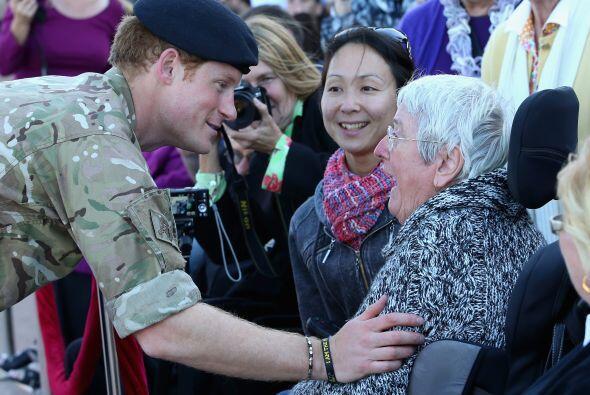 Muy amable, Harry estuvo compartiendo con las viudas y ex militares.