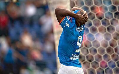 Guerrón se lamenta tras una de las tantas fallas que vivió con Cruz Azul