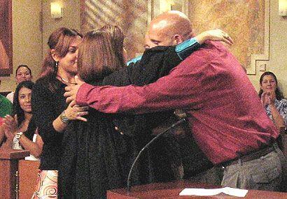 Hasta la jueza Cristina Pereira se unió al abrazo.