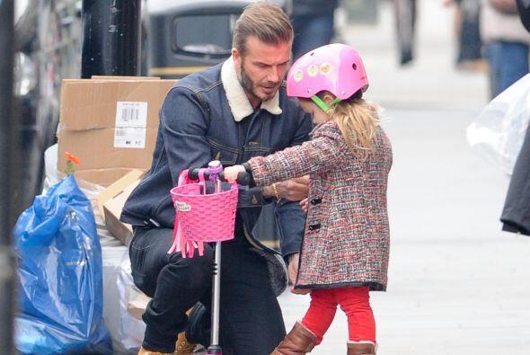 Siguió limpiando el rostro de su nena.