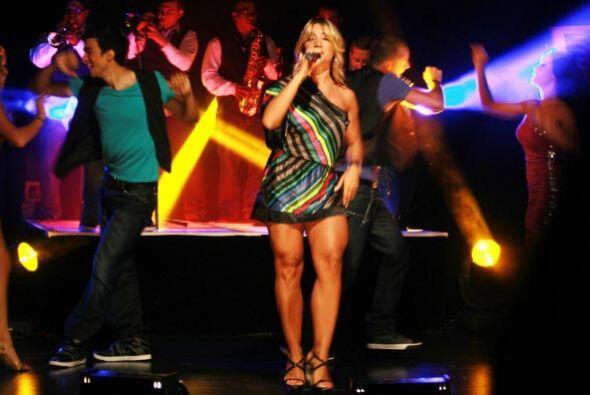 La cantante lució sus piernas con su mini vestido.