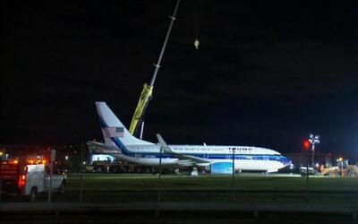 Pence pasa el susto de su vida cuando el avión en el que viajaba se sali...