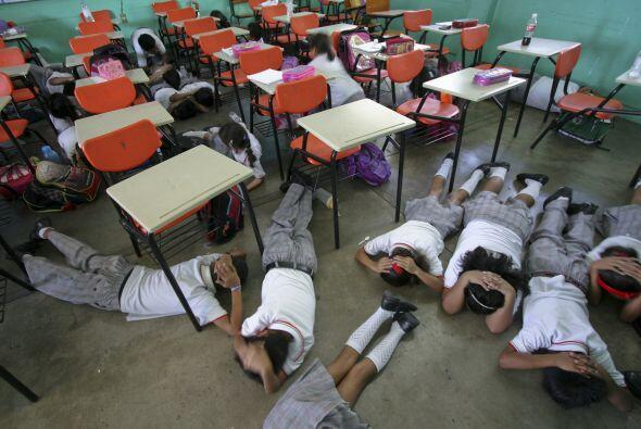 En el estado de Nuevo León, más de 10 mil maestros, alumnos y padres de...