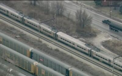 Miles de pasajeros se quedaron varados a bordo de trenes de la línea Sou...