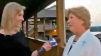 La responsable de la Cámara de Comercio (d), en la entrevista segundos a...