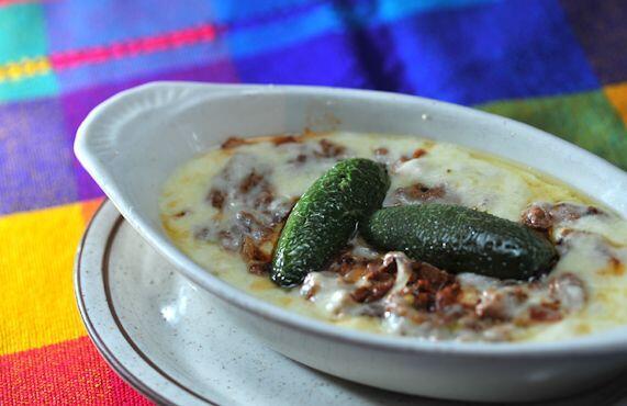 Un guiso de queso, con chorizo y jalapeño quemado.  Cocina con sa...
