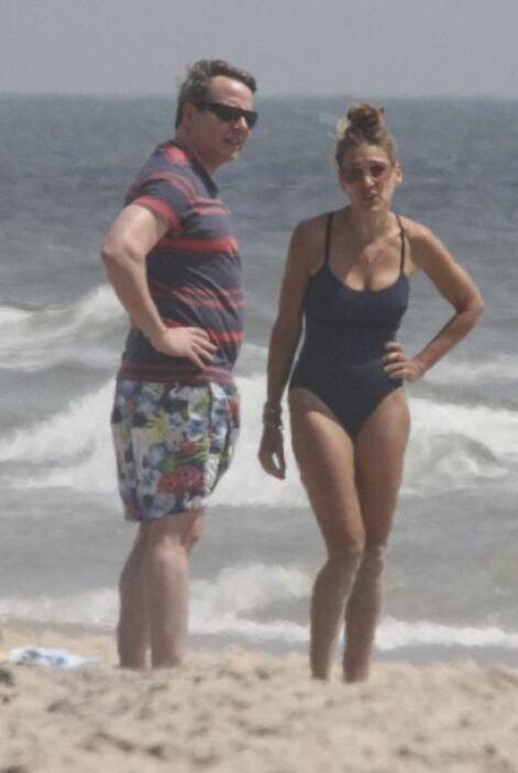 La pareja estaba muy entretenida disfrutando del buen clima de East Hamp...