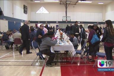 Sirven cenas de Acción de Gracias a los más necesitados