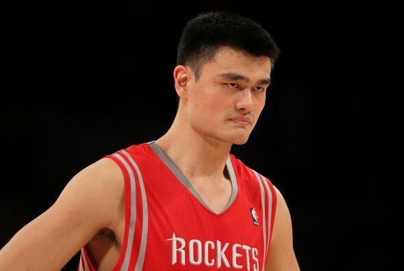 18. YAO MING- El trabajo en la cancha de este basquetbolista le vale par...