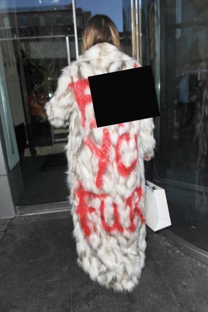 Esta vez escribió un duro mensaje en su abrigo, imitación...