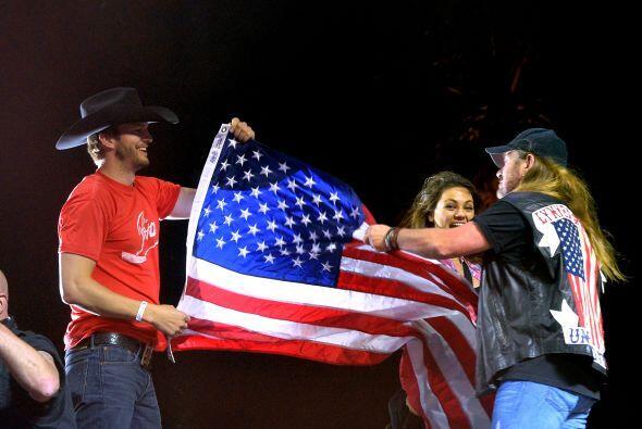 ¡Hasta los invitaron al escenario para ondear la bandera estadounidense!...