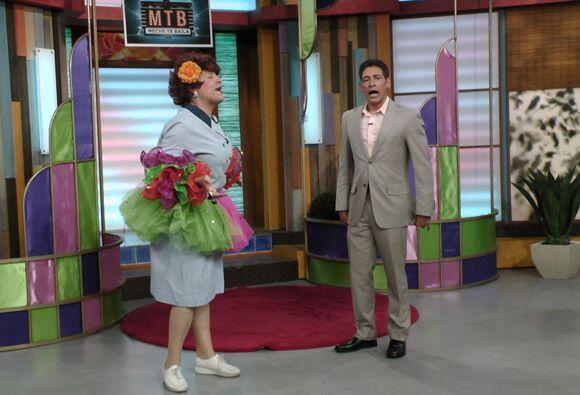 Doña Meche es una experta en baile y le dio la bienvenida a Johnny a 'Me...