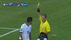 Tarjeta amarilla. El árbitro amonesta a Jorge Aarón Claros Juárez de Hon...