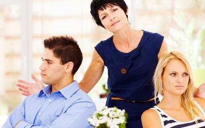 """Suegras """"metiches"""": cómo afectan una relación y la mejor fórmula para la..."""